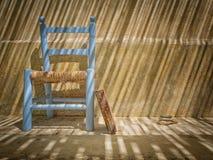 与书和椅子的静物画 免版税库存照片