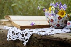 与书和茶壶的夏天静物画 免版税库存图片