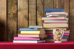 与书和玻璃的构成 回到学校 库存图片