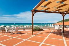 与书桌和椅子的橙色铺磁砖的大阳台 免版税库存照片