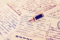 与书法斯拉夫语字母的文本手写的文本和古董墨水笔的老明信片 免版税库存照片