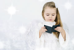 与书的一个小女孩天使 免版税图库摄影