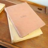 与书的古色古香的学校服务台 免版税库存图片