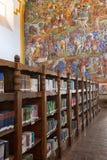 与书的图书馆架子 免版税图库摄影