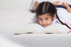 与书的学生睡眠 库存图片