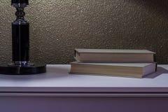 与书的床头柜 库存图片