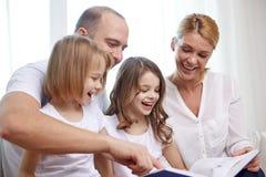 与书的愉快的家庭在家 库存图片