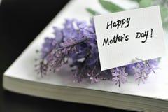 与书的愉快的母亲节 免版税库存图片