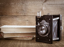 与书的老照相机 免版税库存图片