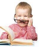 与书的逗人喜爱的小孩儿作用 免版税库存照片