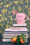 与书的静物画在颜色盖子用蜜桔和一个桃红色杯子用题字咖啡 水平的Vit 复制空间 库存照片