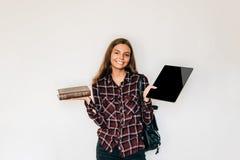 与书的Ebooks老与与举行在她的手上的电子片剂学生的新的法院记录复制空间 免版税库存图片