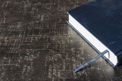 与书签的接近的蓝皮书在灰色石桌上 教育和学习概念 科学背景 库存图片