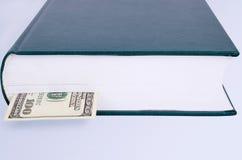与书签的闭合的绿皮书100 USD 库存照片