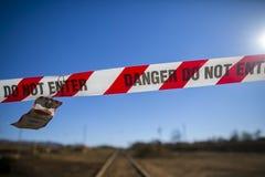 与书面授权人员仅词条的危险红色和白色磁带护拦禁区地区在火车轨道 免版税库存图片