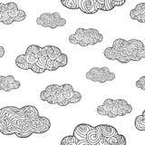 与乱画手拉的云彩的无缝的样式 向量例证