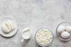与乳制品的蛋白质的早餐概念在台式视图嘲笑 库存照片