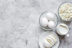 与乳制品的蛋白质的早餐概念在台式视图嘲笑 免版税库存照片