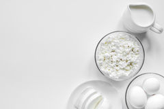 与乳制品的蛋白质的早餐概念在台式视图大模型 免版税库存照片