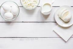 与乳制品的蛋白质的早餐概念在台式视图大模型 免版税图库摄影