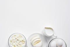 与乳制品的蛋白质的早餐概念在台式视图大模型 库存照片