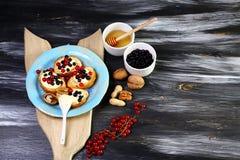 与乳清干酪、坚果、蜂蜜、红色莓果和蓝莓总体上五谷面包bruschetta的开胃菜bruschetta,在一个木板 免版税库存图片