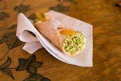 与乳清干酪、开心果和糖煮的桔子的一eautiful cannoli 图库摄影