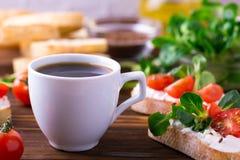与乳清干酪、菜用结页草和西红柿的Bruschetta 咖啡 库存图片
