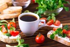 与乳清干酪、菜用结页草和西红柿的Bruschetta 咖啡 免版税库存照片