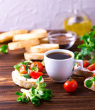 与乳清干酪、菜用结页草和西红柿的Bruschetta 咖啡 免版税库存图片