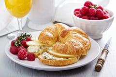与乳清干酪和苹果的新月形面包三明治 图库摄影