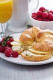 与乳清干酪和苹果的新月形面包三明治 库存图片