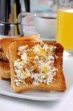 与乳清干酪的多士在早餐 免版税库存照片