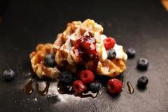 与乳清干酪的新鲜的自创奶蛋烘饼服务与被鞭打的奶油和莓果 库存照片