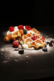 与乳清干酪的新鲜的自创奶蛋烘饼服务与被鞭打的奶油和莓果 免版税图库摄影