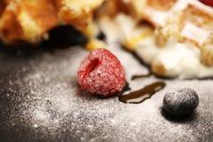 与乳清干酪的新鲜的自创奶蛋烘饼服务与被鞭打的奶油和莓果 库存图片