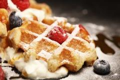 与乳清干酪的新鲜的自创奶蛋烘饼服务与被鞭打的奶油和莓果 图库摄影