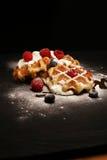 与乳清干酪的新鲜的自创奶蛋烘饼服务与被鞭打的奶油和莓果 免版税库存图片