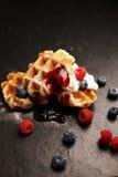 与乳清干酪的新鲜的自创奶蛋烘饼服务与被鞭打的奶油和莓果 免版税库存照片
