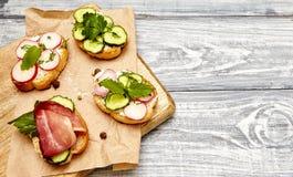 与乳清干酪,黄瓜,萝卜,烟肉的三明治 免版税库存图片