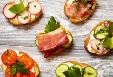 与乳清干酪,黄瓜,萝卜,烟肉的三明治 免版税图库摄影