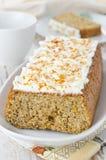 与乳脂干酪结霜的橙色蛋糕 免版税库存照片