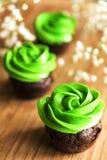 与乳脂干酪绿色结霜的巧克力微型杯形蛋糕 免版税库存图片