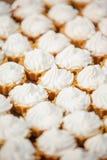与乳脂干酪结霜的杯形蛋糕 免版税图库摄影