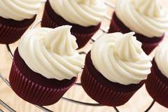 与乳脂干酪结霜的红色天鹅绒杯形蛋糕 库存照片