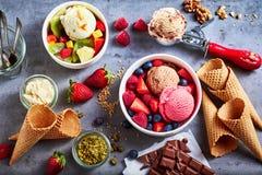 与乳脂状的冰淇凌瓢的新鲜水果  图库摄影