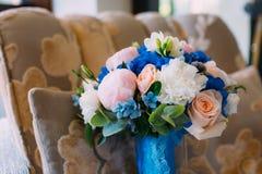 与乳脂状的玫瑰的新娘花束和牡丹和蓝色八仙花属 婚礼早晨 特写镜头 免版税图库摄影