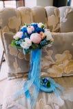 与乳脂状的玫瑰的美丽的新娘花束和牡丹和蓝色八仙花属 婚礼早晨 特写镜头 免版税库存照片