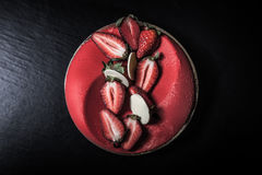 与乳脂状的装饰的自创蛋糕在黑背景 定调子 库存照片