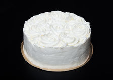 与乳脂状的装饰的自创蛋糕在黑背景 库存图片